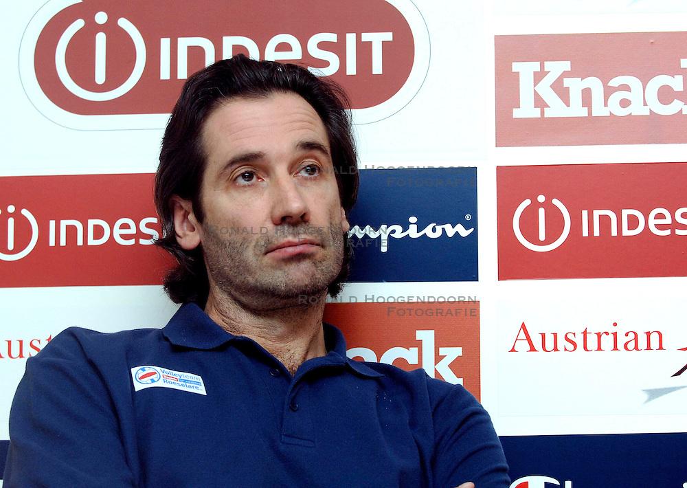 04-01-2006 VOLLEYBAL: CHAMPIONS LEAGUE ROESELARE - NESSELANDE: ROESELARE<br /> De ploeg van coach Peter Blangé bracht de cruciale uitwedstrijd tegen Knack Roeselare, al geplaatst, tot een goed einde: 3-2 / Dominique Baeyens<br /> ©2005-WWW.FOTOHOOGENDOORN.NL