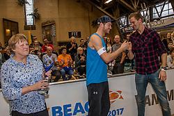 08-01-2017 NED: NK Beachvolleybal Indoor, Aalsmeer<br /> Ingrid Visser Awards uitgereikt door Patsy Visser aan Beste Volleyballer Alexander Brouwer en Robert Meeuwsen kreeg de glazen sculpture ook uitgereikt.