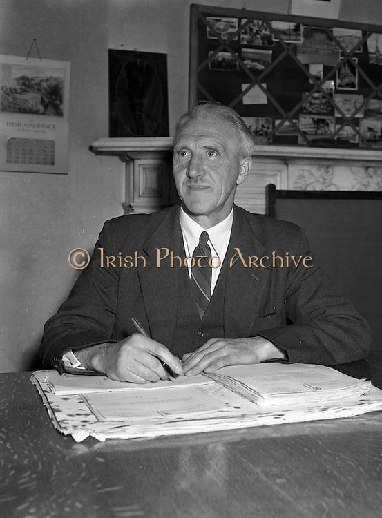 28/05/1954<br /> 05/28/1954<br /> 28 May 1954<br /> Persons at Offig Indiu, Irish language newspaper, Talbot Street, Dublin.<br /> Padraig O Cochlain.