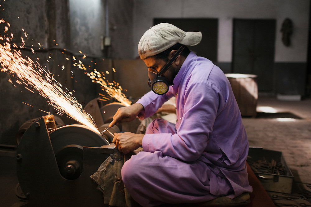 20141028 Sialkot<br /> The sound levels in the grinding rooms are deafening. And workers often only used their own earphones as sound protection. Also protective glasses and gloves where missing at several sub-contractors. <br /> Foto: Vilhelm Stokstad / Kontinent