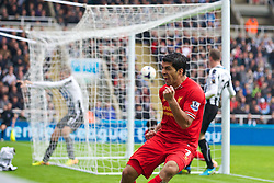 19.10.2013, St. James Park, New Castle, ENG, Premier League, ENG, Premier League, Newcastle United vs FC Liverpool, 8. Runde, im Bild Liverpool's Luis Suarez celebrates the second goal against Newcastle United // during the English Premier League 8th round match between Newcastle United and Liverpool FC St. James Park in New Castle, Great Britain on 2013/10/19. EXPA Pictures © 2013, PhotoCredit: EXPA/ Propagandaphoto/ David Rawcliffe<br /> <br /> *****ATTENTION - OUT of ENG, GBR*****