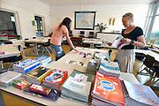 Nederland, Haalderen, 26-8-2016Leerkrachten verdelen de werkboekjes voor de leerlingen op de basisschool Wieling. Het nieuwe schooljaar gaat weer beginnenFoto: Flip Franssen
