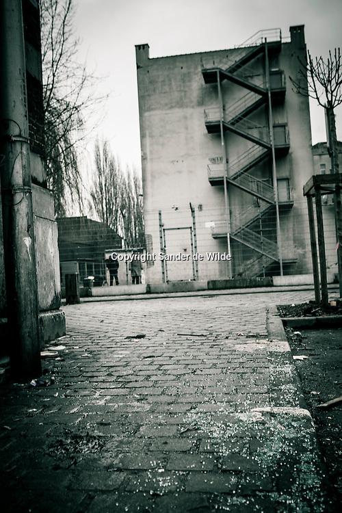 Anderlecht kuregem. This area is said to be a no-go zone. Even police has trouble walking around in Kuregem, this neighbourhood of Brussels with a lot of foreigners, criminals, drug-addicts, and illegals. 4th of august 2010, Kuregem, Brussels, Belgium mannen passerren een muur met het atomium en andere tekeningen manneke pis