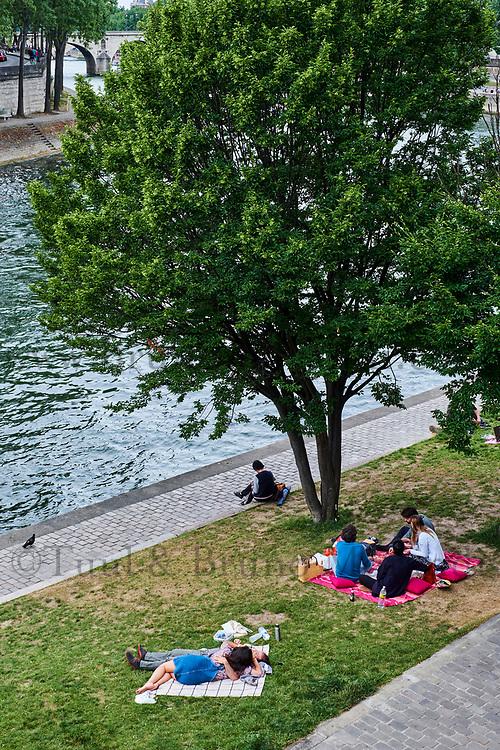 France, Paris (75), zone classée Patrimoine Mondial de l'UNESCO, les rives de la Seine, pique-nique //  France, Paris, Unesco world heritage, picnic on the Seine river