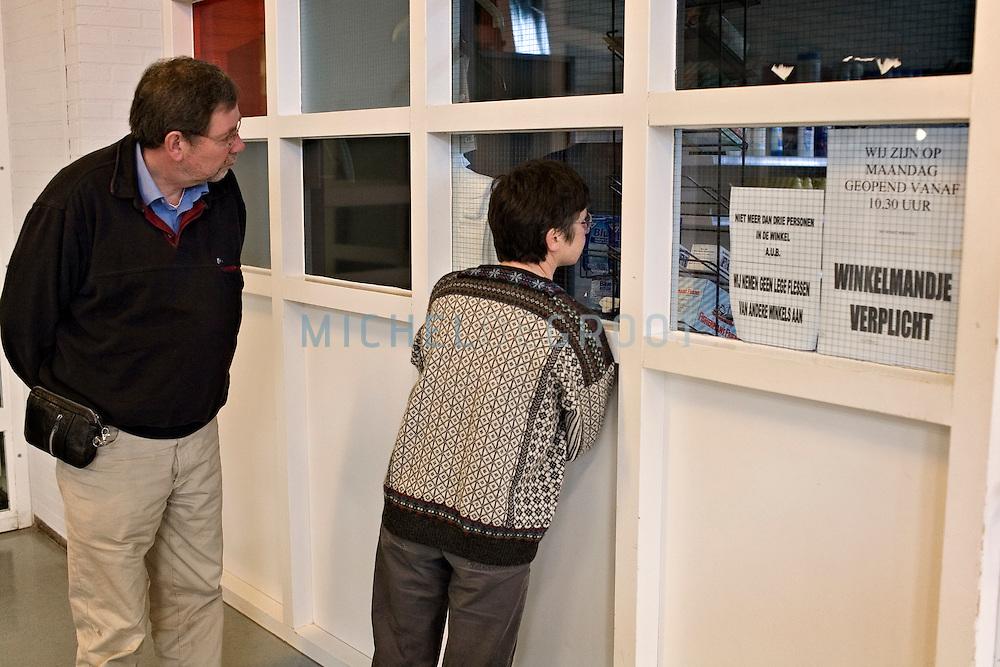 Visitors attending an information day at the psychiatric detention centre Van Mesdag on April 8, 2006 in Groningen, the Netherlands...Bezoekers in de van Mesdagkliniek tijdens de Nationale open dag Justitiële inrichtingen. Groningen, The Netherlands - 8-4-06: