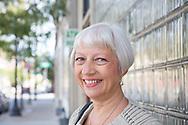 Annette Seaberg framf&ouml;r lokalen d&auml;r den legendariska svenskklubben Verdandi en g&aring;ng hade sin verksamhet. D&auml;r tr&auml;ffades Anette Seabergs f&ouml;r&auml;ldrar p&aring; dansgolvet. Bilder p&aring; vikingar och gamla kungar prydde v&auml;ggarna och jukeboxen spelade svensk musik.<br /> <br /> Andersonville, Chicago, Illinois, USA<br /> <br /> Foto: Christina Sj&ouml;gren