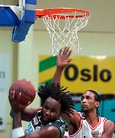 BLNO, basket menn, 1. kvartfinale sluttspillet Oslo Kings mot Centrum Tigers  (95-90) i Stovnerhallen 13.02.02. Kelvin Woods, Oslo Kings og i bakgrunnen Dontay Harris fra Centrum Tigers.<br /> foto: Geir Egil Skog