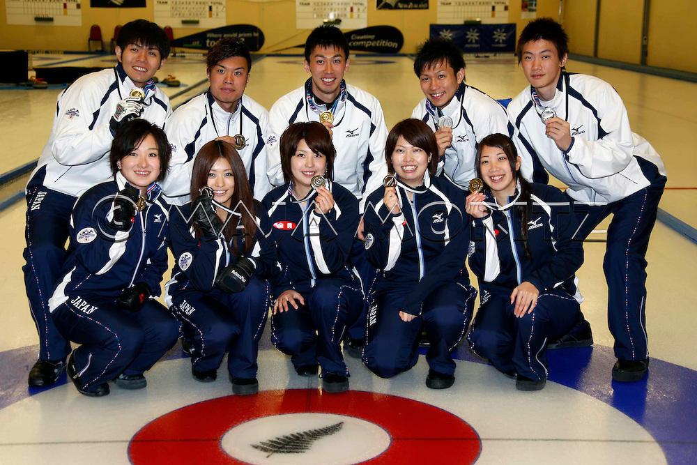 Silver Medals for Japan's men's and women's teams, back row from left Yusuke MOROZUMI, Tsuyoshi YAMAGUSHI, Tetsuro SHIMIZU, Kosuke MOROZUMI, Yoshiro SHIMIZU, front row from left Satsuki FUJISAWA, Miyo ICHIKAWA, Chiaki MATSUMURA, Miyuki SATOH, Emi SHIMIZU
