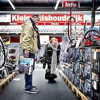 Nederland, Amsterdam , 25 februari 2011..Bezoekers van de Mediamarkt in Amsterdam Noord bekijken stofzuigers op de afdeling huishoudelijke artikelen..Clients looking for vacuum cleaners in the electronics shop Mediamarkt.