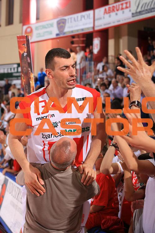 DESCRIZIONE : Teramo Lega A 2008-09 Playoff Quarti di finale Gara 3 Bancatercas Teramo Armani Jeans Milano<br /> GIOCATORE : Gianluca Lulli<br /> SQUADRA : Bancatercas Teramo<br /> EVENTO : Campionato Lega A 2008-2009 <br /> GARA : Bancatercas Teramo Armani Jeans Milano<br /> DATA : 22/05/2009<br /> CATEGORIA : esultanza<br /> SPORT : Pallacanestro <br /> AUTORE : Agenzia Ciamillo-Castoria/M.Carrelli