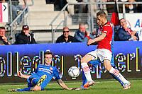 ALKMAAR - 04-10-2015, AZ - FC Twente, AFAS Stadion.FC Twente speler Peet Bijen, AZ speler Jeffrey Gouweleeuw.