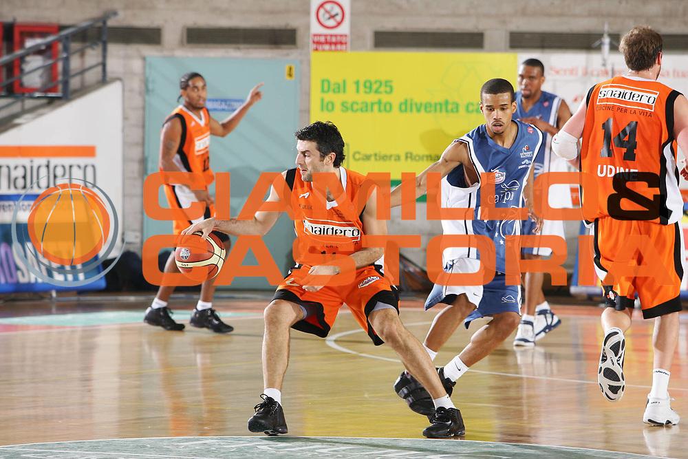 DESCRIZIONE : Udine Lega A1 2005-06 Snaidero Udine Carpisa Napoli <br /> GIOCATORE : Vetoulas <br /> SQUADRA : Snaidero Udine <br /> EVENTO : Campionato Lega A1 2005-2006 <br /> GARA : Snaidero Udine Carpisa Napoli <br /> DATA : 16/12/2005 <br /> CATEGORIA : Palleggio <br /> SPORT : Pallacanestro <br /> AUTORE : Agenzia Ciamillo-Castoria/S.Silvestri