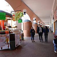 Toluca, México.- Locatarios de las tradicionales alacenas de los Portales de Toluca ya se encuentran utilizando los domos que fueron colocados en la plaza Fray Andrés de Castro,  volteando sus alacenas y teniendo como vista la misma plaza, algunos colocaron bancos para que sus clientes pueden consumir sus alimentos sentados o descansen un poco.  Agencia MVT / Crisanta Espinosa