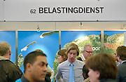 Nederland, Amsterdam, 16-3-2013De carrierebeurs in de RAI. Banenmarkt voor kader en hoogopgeleid personeel, mensen.Beurs voor studenten, starters op de arbeidsmarkt met een technische, economische, bedrijfskundige,  juridische of informatica opleiding. Grootste banenmarkt van Nederland voor wie bijna afgestudeerd of werkzoekend is. De stand van de belastingdienst.Foto: Flip Franssen/Hollandse Hoogte