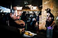Um casal toma seu café da manhã em um dos bares da Rodoviária do Plano Piloto. Muitos passageiros saem cedo demais de casa para chegar ao terminal e tomar um segundo ônibus para o trabalho, e alguns aproveitam os minutos de espera para fazer o desdejum na Rodoviária.