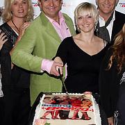NLD/Schiphol/20081001 -  Perspresentatie Boeing Boeing, cast snijd de taart aan, Dominique van Vliet, Jon van Eerd, Lone van Roosendaal, Wilbert Gieske