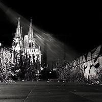 En sko og ei kirke.<br /> Foto: Svein Ove Ekornesv&aring;g