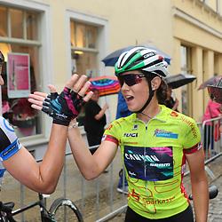 21-07-2016: Wielrennen: Thueringen Rundfahrt vrouwen: Gera <br />GERA (DLD) wielrennen  <br />Elena Checcini bedankt haar ploegmaatjes Lis Breannauer(links) en Trixi Worrack (rechts voor de steun in de laatste etappe. De Italiaanse wint de 29e Thueringen Rundfahrt