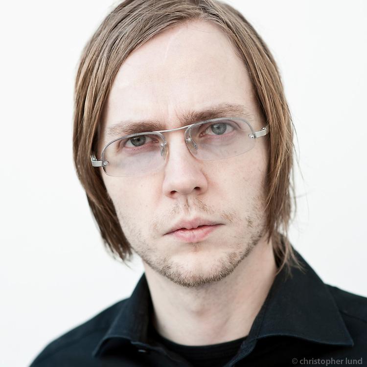 Barði Jóhannsson, tónlistarmaður, söngvari og framleiðandi. Bardi Johannson (born October 10, 1975) commonly known as Barði in Bang Gang is an Icelandic musician, producer, director and singer.