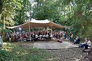 Nederland, Nijmegen, 21-5-2018 MusicMeeting . Festivalterrein in park Brakkenstein. Traditioneel met pinksteren. Optredens van acts, bands, artiesten uit de wereld muziek, worldmusic . De Albanese muziekgroep Saziso, Saz'iso werd opgenomen voor het programma Vrije Geluiden van de VPRO televisie, buiten spelen .Foto: Flip Franssen