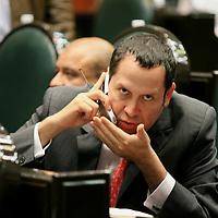Toluca, Mex.- El diputado Eruviel Avila Villegas del PRI, durante la sesión del Congreso del estado de México donde se aprobo la minuta de la reforma electoral federal. Agencia MVT / Mario Vazquez de la Torre. (DIGITAL)<br /> <br /> <br /> <br /> <br /> <br /> <br /> <br /> NO ARCHIVAR - NO ARCHIVE