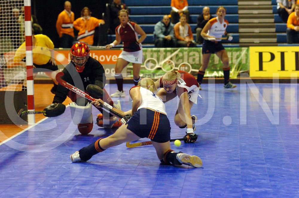 060120, Eindhoven,ned<br /> EK Indoor Hockey dames en Heren.<br /> Nederland - Tsjechie Dames 6-1<br /> Jannele Schopman wordt van het scoren afgehouden.<br /> fotografie frank uijlenbroek&copy;2006 frank uijlenbroek