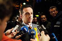 03 NOV 2005, BERLIN/GERMANY:<br /> Heiko Maas, SPD, Landesvorsitzender Saarland, im Gespraech mit Journalisten, vor Beginn der Sitzung des SPD Parteivorstand und der Nominierung eines neuen SPD Praesidiums, Willy-Brandt-Haus<br /> IMAGE: 20051102-01-039<br /> KEYWORDS: Journalist, Mikrofon, microphone