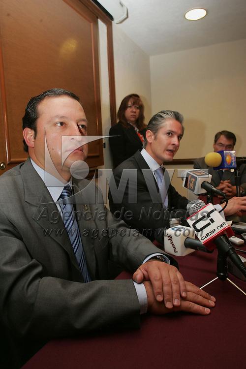 Toluca, Mex.- Jose Luis Velazco Lino, presidente del Centro Patronal del Estado de Mexico (COPARMEX) y Alfredo del Mazo Maza, Director del Instituto Mexiquense del Emprendedor (IME), durante la firma de convenio para apoyar a las Peque&ntilde;as y Medianas Empresas (PyMES) en el Estado de Mexico. Agencia MVT / Javier Rodriguez. (DIGITAL)<br /> <br /> <br /> <br /> <br /> <br /> <br /> <br /> NO ARCHIVAR - NO ARCHIVE