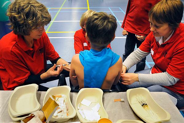 Nederland, Nijmegen, 2-4-2008..Inenten van kinderen tegen DTP en BMR door medewerkers van de GGD. De enting vindt plaats in een sporthal om zo efficient mogelijk een grote groep jongeren te kunnen vaccineren...Foto: Flip Franssen