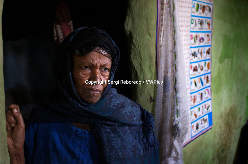 Woman inside of one of the oldest houses in the city of Gondar, Ethiopia. Gondar is a city that despite its tourist potential we perceive as very impoverished, but I do not know if it corresponds to the reality of the globality of the area. Many of its inhabitants emigrated to the United States and from there send money to their families. This, along with the tourism that attracts the real enclosure, allows the city to have an extra entrance of foreign currency and that part of its population does not live to the limit. The population is beautiful and the Hotel Goha is passable, especially its location. As always, do not expect much from people who have scarce resources, this is not the purpose of our trip.