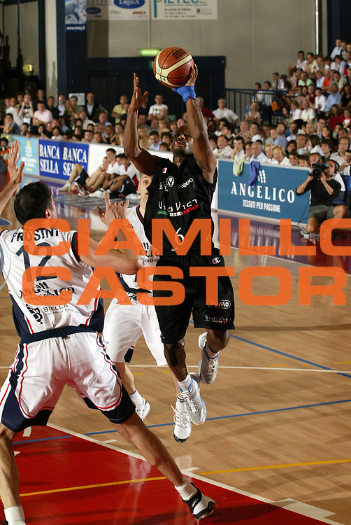 DESCRIZIONE : Biella Lega A1 2006-07 Playoff Quarti di Finale Gara 2 Angelico Biella VidiVici Virtus Bologna<br /> GIOCATORE : Travis Best<br /> SQUADRA : VidiVici Virtus Bologna<br /> EVENTO : Campionato Lega A1 2006-2007 Playoff Quarti di Finale Gara 2<br /> GARA : Angelico Biella VidiVici Virtus Bologna<br /> DATA : 20/05/2007 <br /> CATEGORIA : Tiro<br /> SPORT : Pallacanestro <br /> AUTORE : Agenzia Ciamillo-Castoria/G.Cottini<br /> Galleria : Lega Basket A1 2006-2007 <br /> Fotonotizia : Biella Campionato Italiano Lega A1 2006-2007 Playoff Quarti di Finale Gara 2 Angelico Biella VidiVici Virtus Bologna<br /> Predefinita :