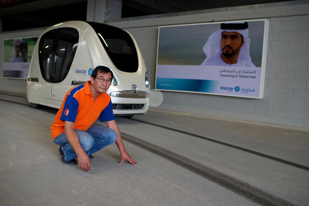 Masdar City. ASIEN, VEREINIGTE ARABISCHE EMIRATE, EMIRAT ABU DHABI, ABU DHABI, 14.04.2011: Ingenieur Jaap Duiser ist fuer die Wartung der PRT-Fahrzeuge zustaendig. Die Wu?stenstadt Masdar sollte das Silicon Valley fu?r nachhaltige Technologien werden. 2006 rief Scheich Mohammad Bin Zayed al-Nahyan, Kronprinz von Abu Dhabi, das Projekt ins Leben. Die Fertigstellung des Projekts wird sich verzoegern: statt wie geplant 2016 wird die Oekostadt fruehestens 2025 fertig. - Stichworte: