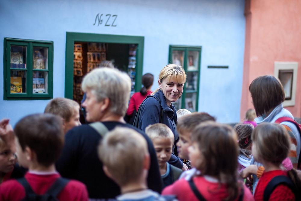 """Schulklasse vor dem Wohnhaus von Franz Kafka im """"Goldenen Gässchen""""."""