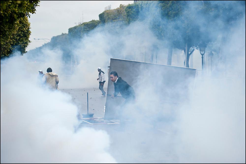 Avenue Habib Bourguiba les manifestants affrontent les forces de police. // Des affrontements entre la police et les manifestants ont éclaté dans le centre de Tunis, notamment avenue Habib Bourguiba, faisant (selon Associated Press) 3 morts (prétendument par balle) et 12 blessés parmi les manifestants, Tunis le 26 février 2011.