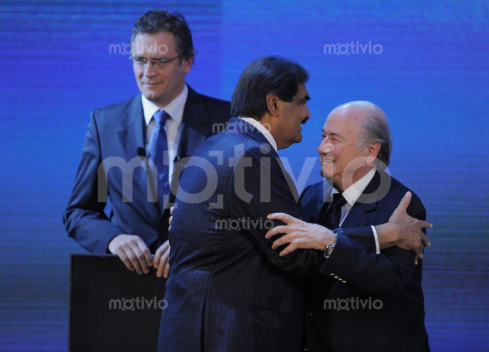 Fussball International   FIFA  WM 2018 und FIFA WM 2022     02.12.2010 Emir von Katar, HH Sheikh Hamad bin Khalifa Al-Thani (Mitte) umarmt FIFA Praesident Joseph S. Blatter (re, SUI) und FIFA Generalsekretaer Jerome Valcke (li, FRA)
