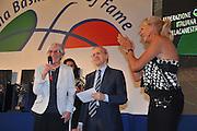 DESCRIZIONE : Monza Vila Reale Italia Basket Hall of Fame<br /> GIOCATORE : Nicoletta Persi Dan Peterson Mabel Bocchi<br /> SQUADRA : FIP Federazione Italiana Pallacanestro <br /> EVENTO : Italia Basket Hall of Fame<br /> GARA : <br /> DATA : 29/06/2010<br /> CATEGORIA : Premiazione<br /> SPORT : Pallacanestro <br /> AUTORE : Agenzia Ciamillo-Castoria/M.Gregolin