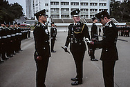 Hong Kong. Police school  island Victoria   / Parade à l'école de police de l'île Victoria. Un officier Britannique faisant l'inspection des futurs policiers   / R00057/18    L940305a  /  P0000301