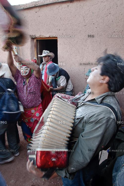 FESTEJOS DE CARNAVAL, DIABLO Y MUSICO DE ACCORDEON, OCUMAZO, QUEBRADA DE HUMAHUACA, PROV. DE JUJUY, ARGENTINA