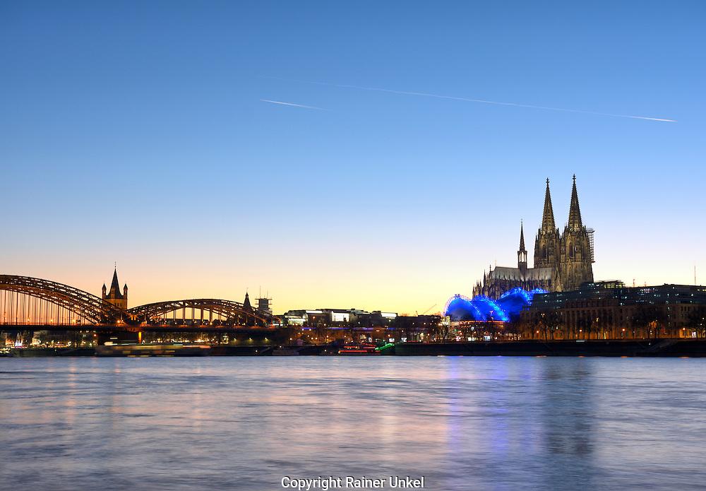 DEU , DEUTSCHLAND : Koeln am Rhein mit Hohenzollernbruecke , Gross St. Martin , Koelner Dom und Musical Dome , 30.12.2016<br /> |DEU , GERMANY : Cologne at Rhine river with Hohenzollern Bridge , Great St. Martin , Cologne Cathedral and Musical Dome , 30.12.2016