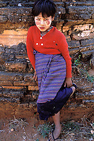 Myanmar (ex Birmanie), Province de Mandalay, Bagan ou Pagan, Enfant avec un maquillage de protection // Myanmar (Burma), Mandalay province, Pagan or Bagan, Children with make up mask for protection