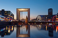 France, Hauts de Seine (92), la Défense, la Grande Arche par l'architecte Otto von Spreckelsen // France, Paris, La Grande Arche de la Defense by architect Otto Von Spreckelsen at night