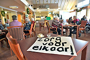 Nederland, Millingen, 12-12-2017Leerkrachten van de basisschool besteden hun stakingsdag in het ouderencentrum Sint Jan de Deo om daar de zorg bij te staan.Foto: Flip Franssen