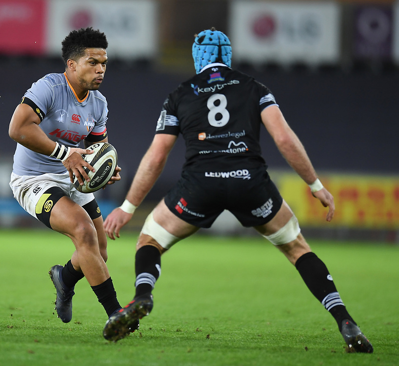 Southern Kings' Berton Klaasen takes on Ospreys' Justin Tipuric<br /> <br /> Photographer Mike Jones/Replay Images<br /> <br /> Guinness PRO14 Round Round 15 - Ospreys v Southern Kings - Friday 16th February 2018 - Liberty Stadium - Swansea<br /> <br /> World Copyright © Replay Images . All rights reserved. info@replayimages.co.uk - http://replayimages.co.uk