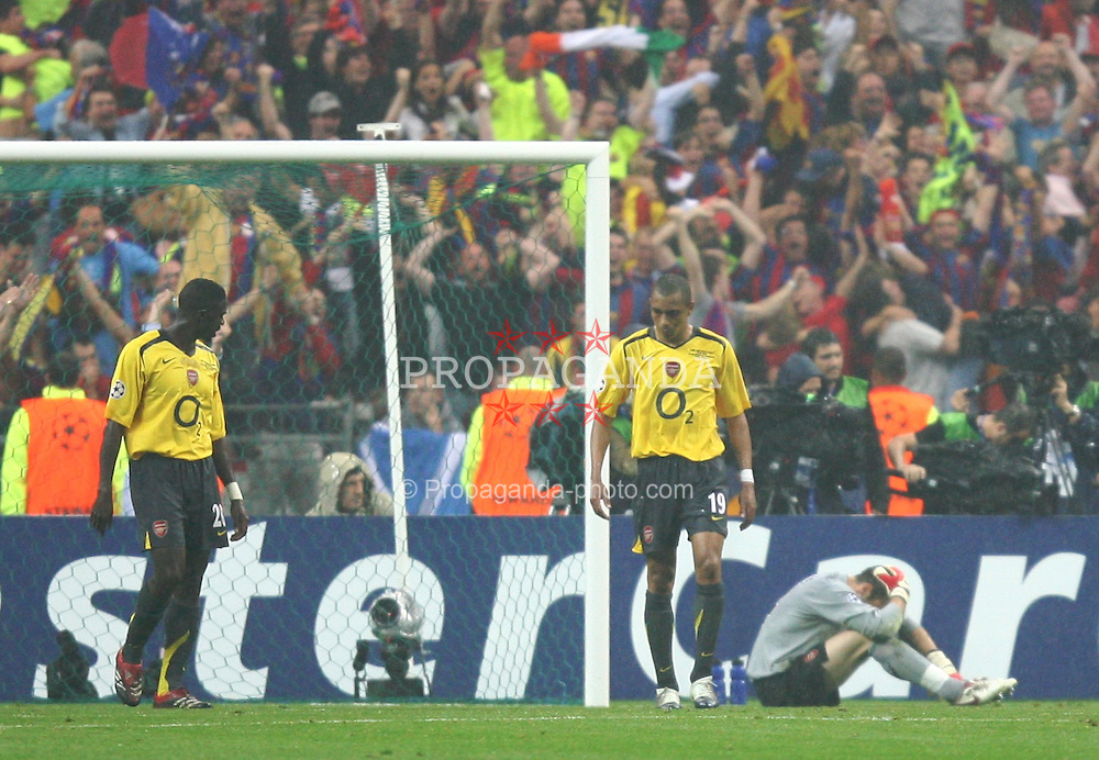PARIS, FRANCE - WEDNESDAY, MAY 17th, 2006: Arsenal's Manuel Almunia sits dejected as FC Barcelona players celebrate the winning goal during the UEFA Champions League Final at the Stade de France. (Pic by David Rawcliffe/Propaganda)