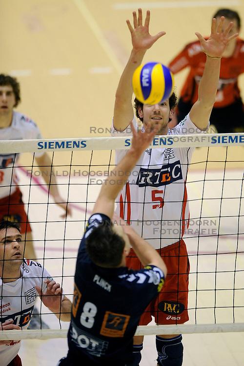 27-02-2009 VOLLEYBAL: NESSELANDE - PIET ZOOMERS D: ROTTERDAM<br /> Piet Zoomers wint met 3-2 van Nesselande / Tije Vlam<br /> &copy;2009-WWW.FOTOHOOGENDOORN.NL
