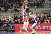 DESCRIZIONE : Torino Coppa Italia Final Eight 2012 Semifinale Scavolini Siviglia Pesaro Bennet Cantu <br /> GIOCATORE : Nicolas Mazzarino<br /> CATEGORIA : tiro passaggio penetrazione<br /> SQUADRA : Bennet Cantu<br /> EVENTO : Suisse Gas Basket Coppa Italia Final Eight 2012<br /> GARA : Scavolini Siviglia Pesaro Bennet Cantu<br /> DATA : 18/02/2012<br /> SPORT : Pallacanestro<br /> AUTORE : Agenzia Ciamillo-Castoria/C.De Massis<br /> Galleria : Final Eight Coppa Italia 2012<br /> Fotonotizia : Torino Coppa Italia Final Eight 2012 Semifinale Scavolini Siviglia Pesaro Bennet Cantu<br /> Predefinita :