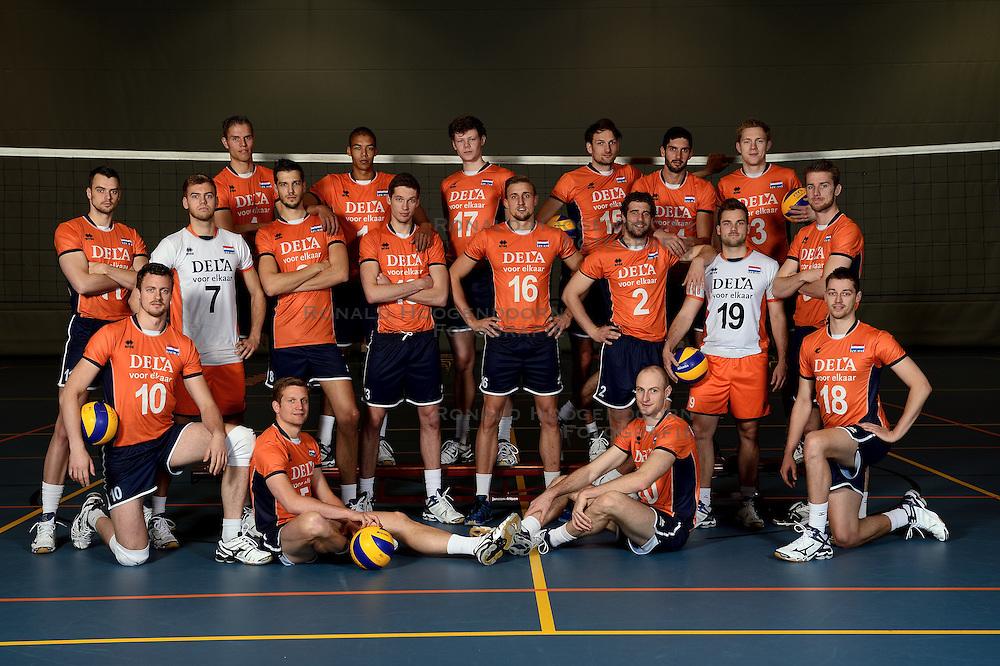 13-05-2014 NED: Selectie Nederlands volleybal team mannen, Arnhem<br /> Op Papendal werd het Nederlands team volleybal seizoen 2014-2015 gepresenteerd / Teamfoto
