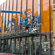 Amsterdam, 17 april 2013. Het De La Mar theater aan de Marnixstraat te Amsterdam is vandaag begonnen met de voorbereiding van de inhuldiging van Willem Alexander en/of Koninginnedag. Op de gevel worden levensgrote afbeeldingen geplakt van kroonprins Willem Alexander en van Koningin Beatrix.