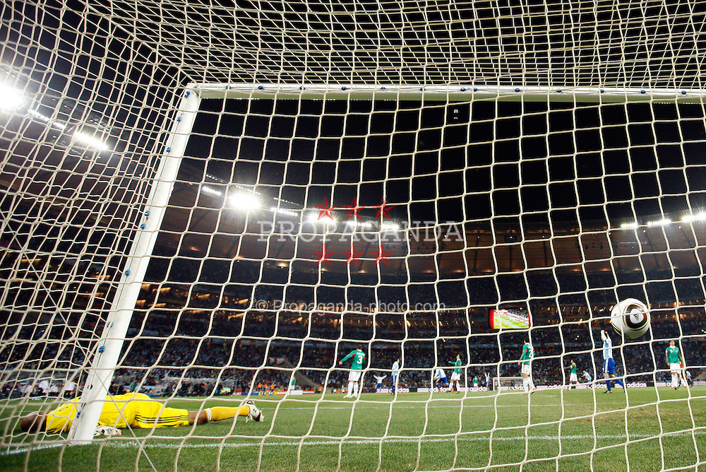 27.06.2010, Soccer City Stadium, Johannesburg, RSA, FIFA WM 2010, Argentina (ARG) vs Mexico (MEX), im Bild Goalkeeper of Mexico gets second goal of Carlos Tevez of Argentina. EXPA Pictures © 2010, PhotoCredit: EXPA/ Sportida/ Vid Ponikvar +++ Slovenia OUT +++