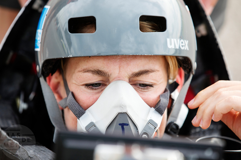 Iris Slappendel zit in de VeloX 7. In Lelystad test het HPT voor de laatste keer de nieuwe fiets op de RDW baan. In september wil het Human Power Team Delft en Amsterdam, dat bestaat uit studenten van de TU Delft en de VU Amsterdam, tijdens de World Human Powered Speed Challenge in Nevada een poging doen het wereldrecord snelfietsen voor vrouwen te verbreken met de VeloX 7, een gestroomlijnde ligfiets. Het record is met 121,44 km/h sinds 2009 in handen van de Francaise Barbara Buatois. De Canadees Todd Reichert is de snelste man met 144,17 km/h sinds 2016.<br /> <br /> In Lelystad the team tests the new bike for the last time before the record attempts. With the VeloX 7, a special recumbent bike, the Human Power Team Delft and Amsterdam, consisting of students of the TU Delft and the VU Amsterdam, also wants to set a new woman's world record cycling in September at the World Human Powered Speed Challenge in Nevada. The current speed record is 121,44 km/h, set in 2009 by Barbara Buatois. The fastest man is Todd Reichert with 144,17 km/h.